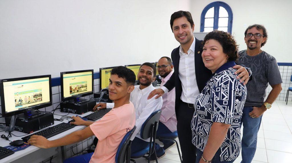Com emenda de Duarte Jr, Escola Modelo recebe novos computadores